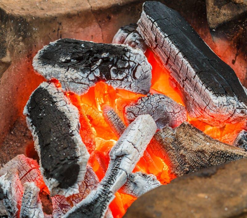 płonący węgiel drzewny obraz stock