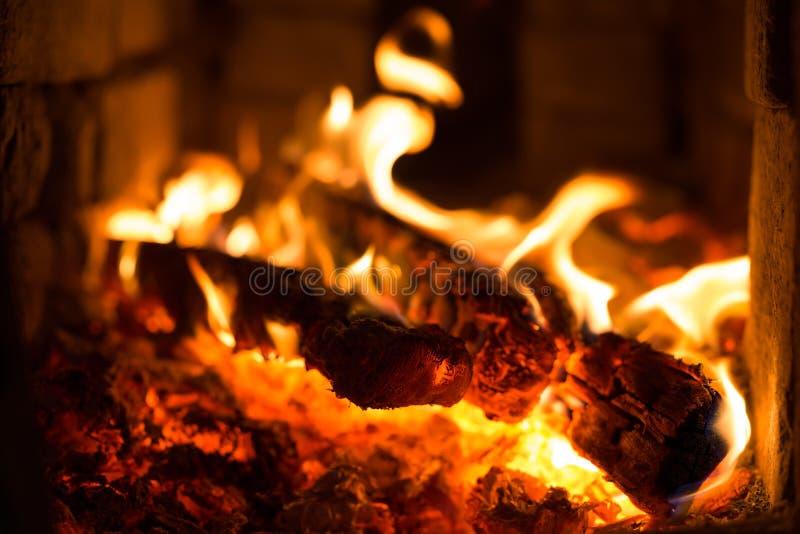 Płonący węgiel drzewny w grillu obraz stock