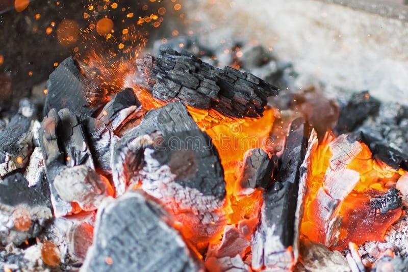 Płonący węgla drzewnego zakończenie Up Gorący węgla drzewnego Jarzyć się Brykietuje obraz royalty free