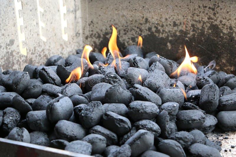 Płonący węgle drzewni w grillu obraz royalty free