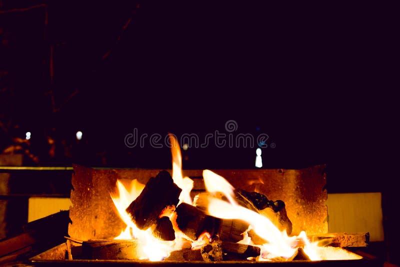 Płonący węgle drzewni W Plenerowym grillu fotografia stock