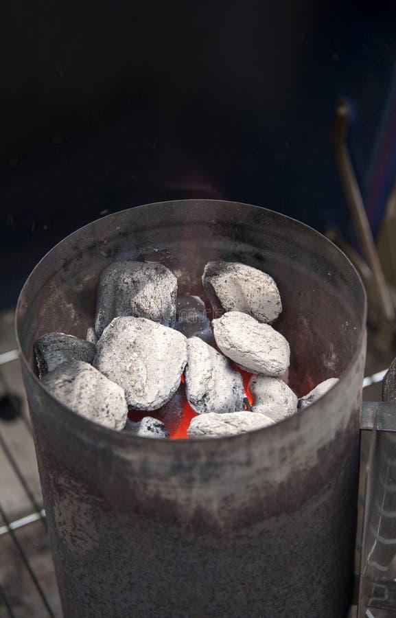 Płonący węgle drzewni W węgla drzewnego kominu starterze zdjęcie royalty free