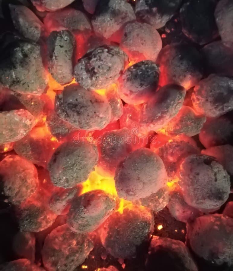 Płonący węgle w czerwonawych i pomarańcze brzmieniach obraz royalty free