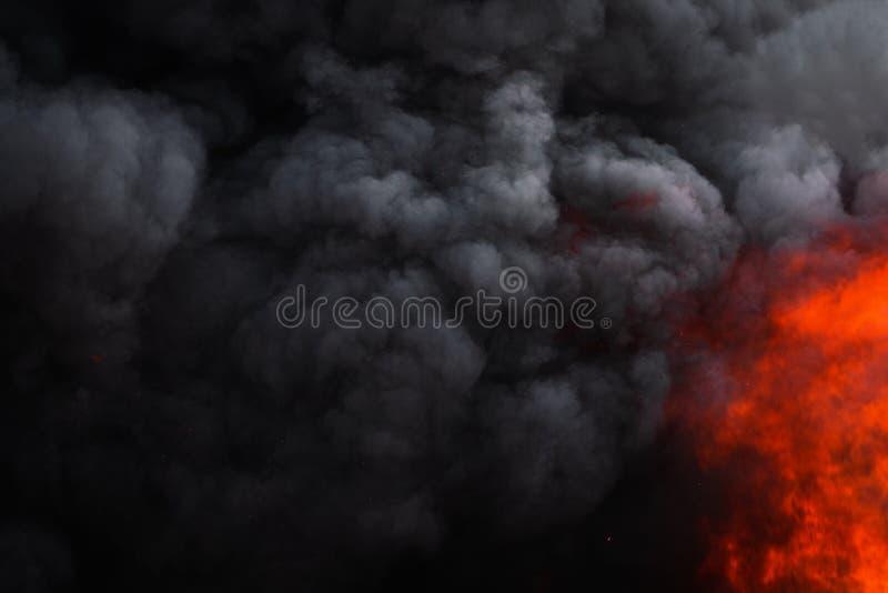 Płonie silnego czerwonego ogienia, dramatyczna chmura ruchu plama czerni dym zakrywający niebo obraz stock
