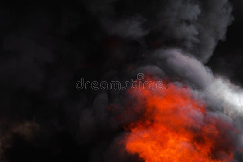 Płonie silnego czerwonego ogienia, dramatyczna chmura ruchu plama czerni dym zakrywający niebo obrazy stock