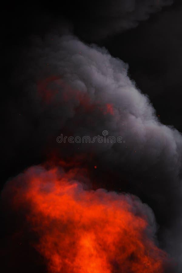 Płonie silnego czerwonego ogienia, ruch plamy dramatyczne czerni dym zakrywający niebo chmury zdjęcie royalty free