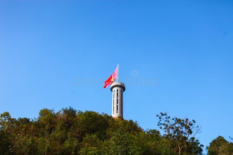 PŁUCA CU, brzęczenia GIANG, WIETNAM, Listopad 14th, 2017: Płuca Cu flagpole dokąd brzęczenia Giang prowincja, Wietnam zdjęcie stock