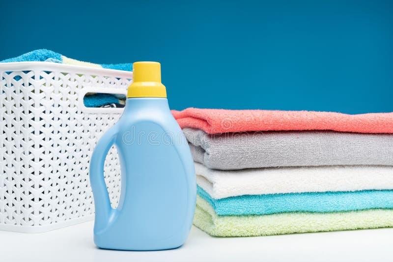 Płuczkowy ciecz i ręczniki po pralni obraz stock