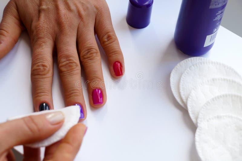 Płuczkowy gwoździa połysk od kobiety ręki Zmywacz i bawełniany mop fotografia royalty free