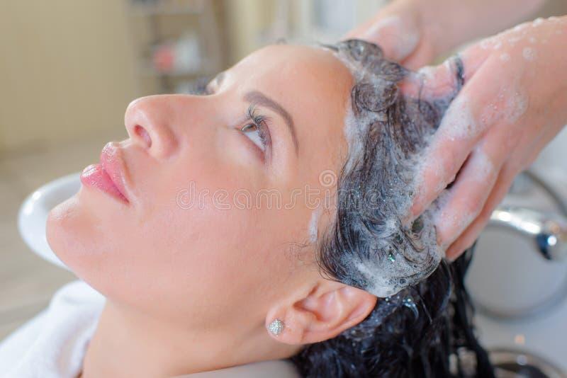 Płuczkowy włosy w salonie fotografia royalty free