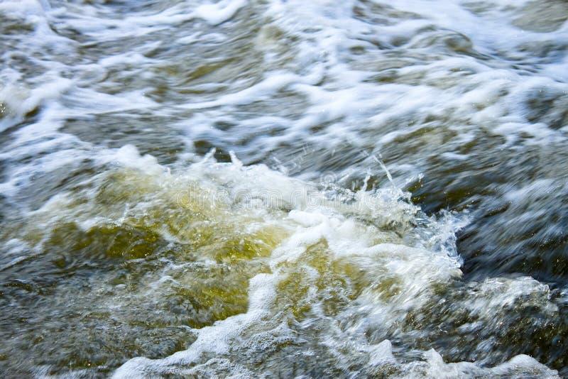 płynie błyskawiczną wodę rzeczną fotografia stock