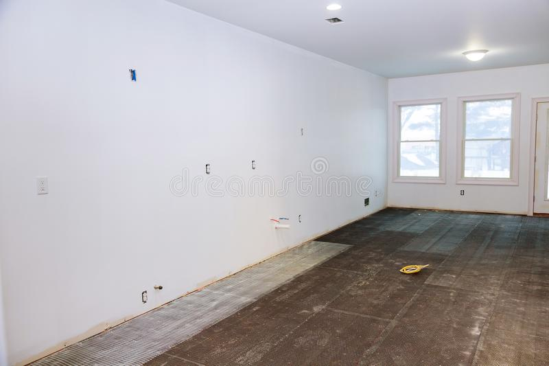Płytki podłoga, przygotowywa dla przygotowania dla instalaci płytki w kuchni w nowym domu zdjęcia royalty free