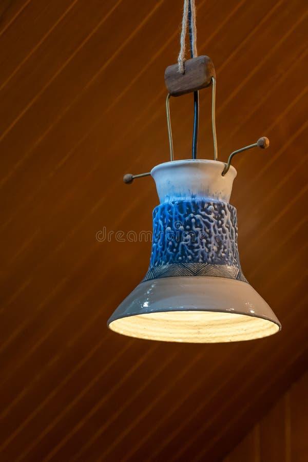 Płytki szklane, malowane ceramiczne, emaliowane płytki nakładane na wewnętrzne żarówki oświetleniowe z lampą ceramiczną zdjęcie stock