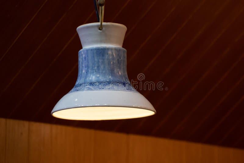 Płytki szklane, malowane ceramiczne, emaliowane płytki nakładane na wewnętrzne żarówki oświetleniowe z lampą ceramiczną obraz stock