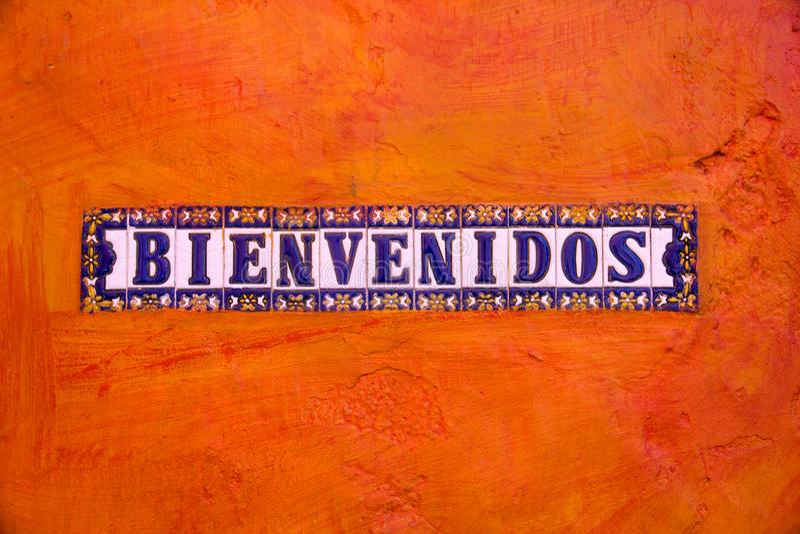 Płytki z listami literuje BIENVENIDOS powitanie na pomarańcze plecy obraz stock