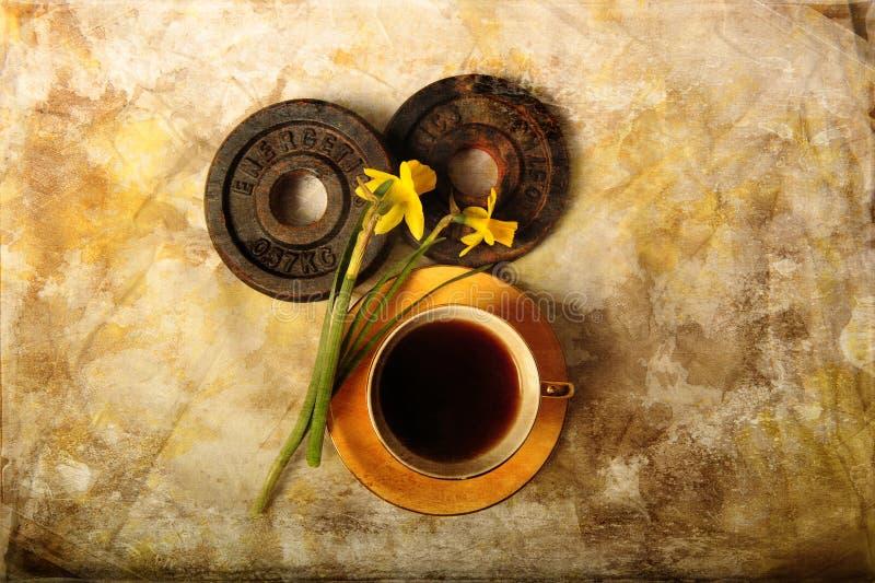 Płyty z kafelkami, kawa i daffodilami zdjęcie royalty free