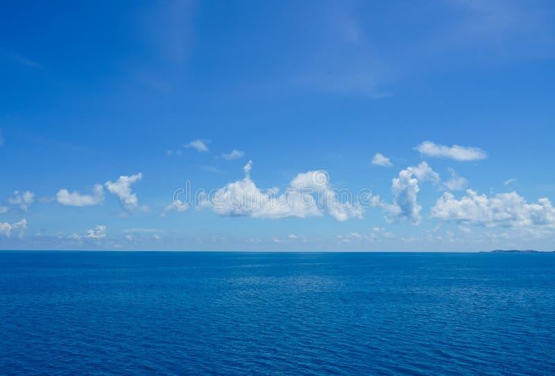 Pływać statkiem na oceanie zdjęcia royalty free