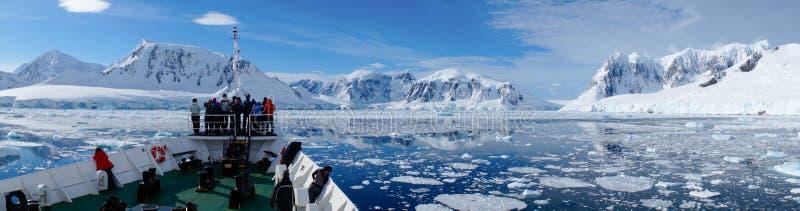 Pływać statkiem przez Neumayer korytkowy pełnego góry lodowa w Antarctica zdjęcie royalty free