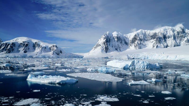 Pływać statkiem przez Neumayer korytkowy pełnego góry lodowa w Antarctica zdjęcie stock