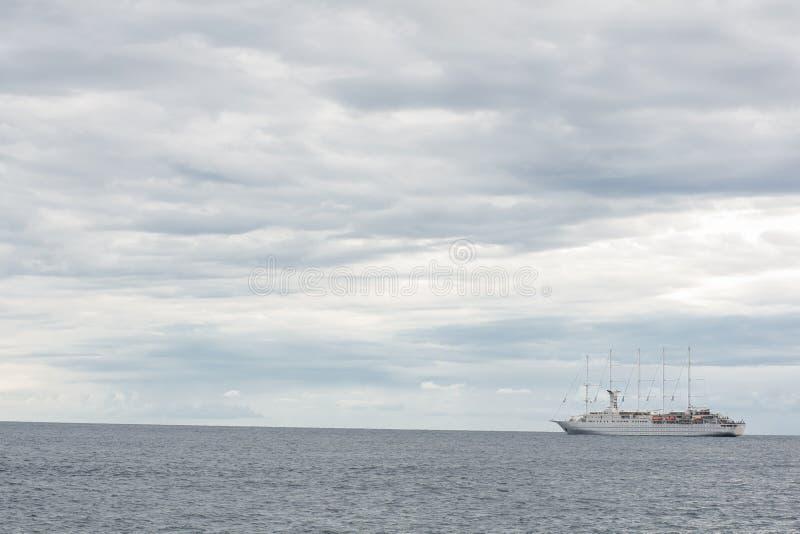 Pływać statkiem statek iść z pięknymi dramatycznymi chmurami zdjęcia royalty free