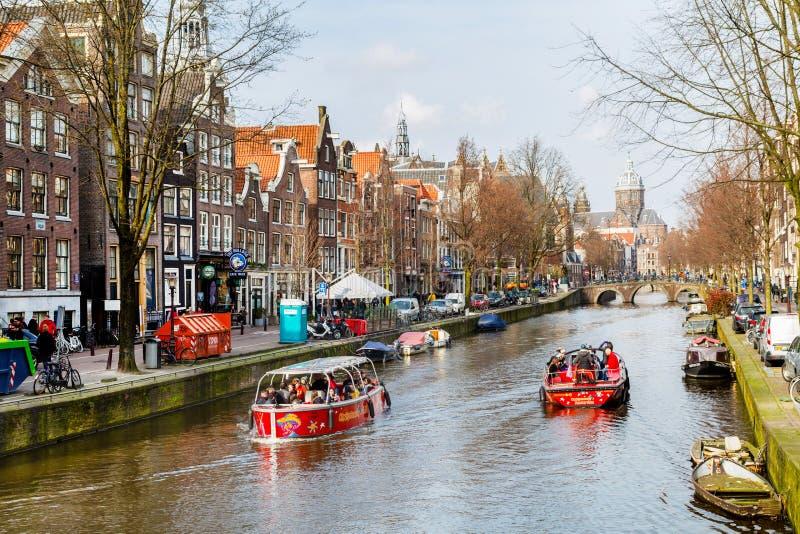 Pływa statkiem łódź przy Amsterdam kanałami w Holandia, uliczny widok zdjęcia royalty free