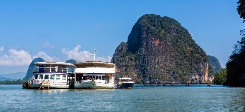 Pływa statkiem łodzie dokować na kotwicowych pobliskich wyspach w Phang Nga półwysepie, ludzie kajakować zdjęcia stock