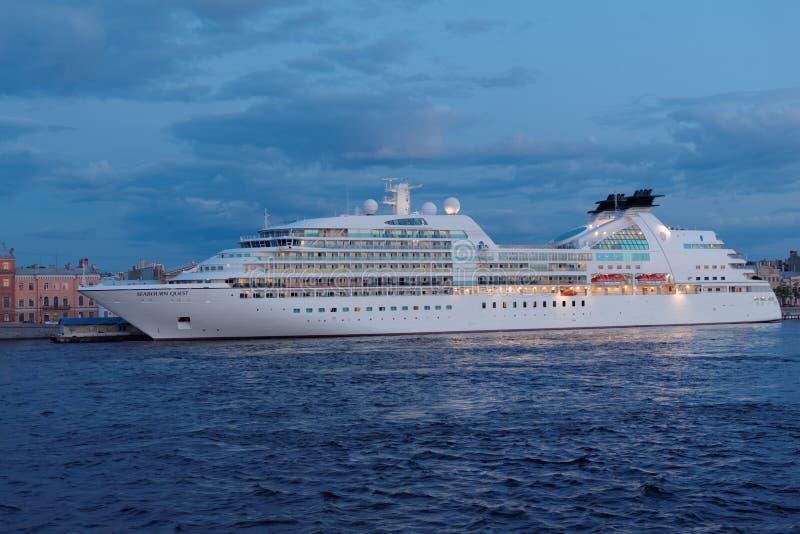 Pływa statkiem liniowa Seabourn poszukiwanie cumującego w St Petersburg, Rosja fotografia royalty free