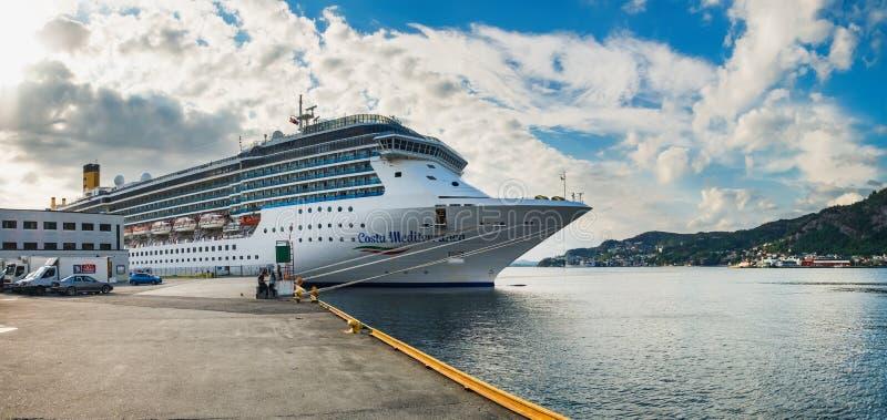 Pływa statkiem liniowa w Bergen Starym Grodzkim molu, Norwegia obraz stock