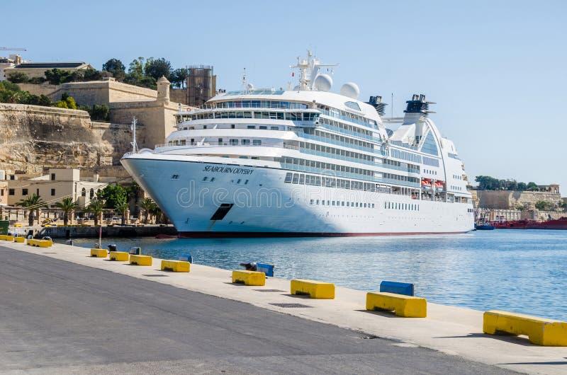 Pływa statkiem Seabourn odyseję zakotwiczającą w schronieniu Valletta zdjęcia royalty free