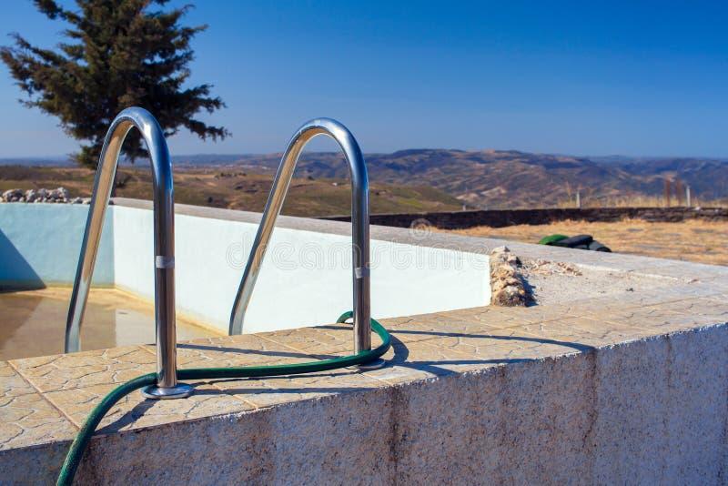 Pływacki basen bez wody z pięknym widokiem obraz stock