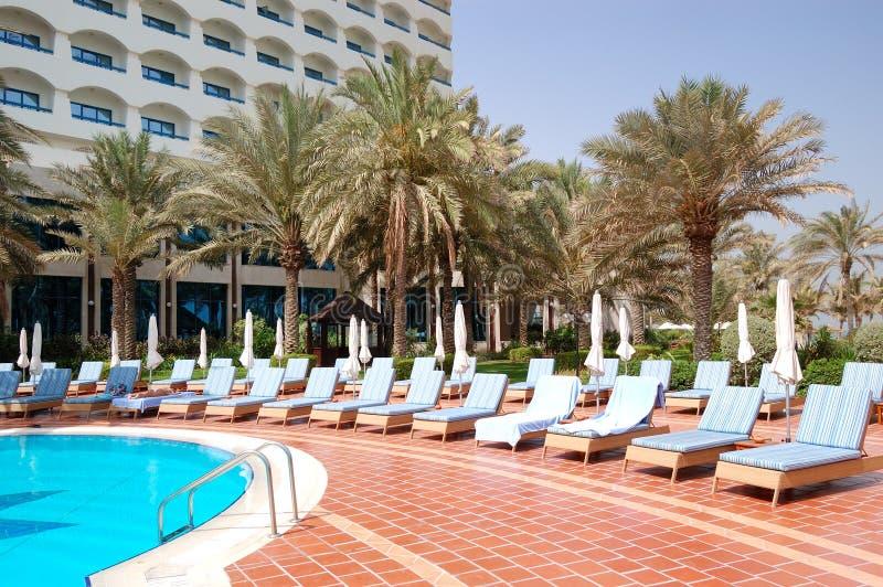 Pływacki basen i budynek luksusowy hotel obrazy stock