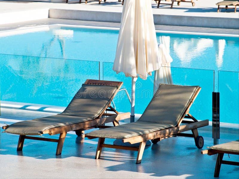 Pływacki basen i deckchairs fotografia stock