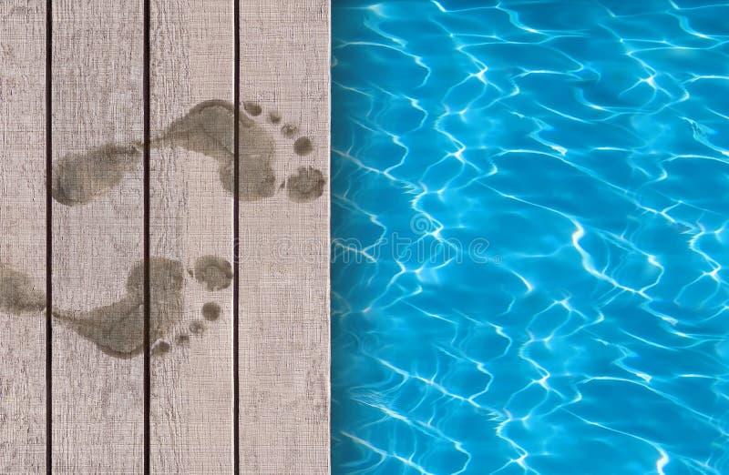 Pływacki basen i drewniany pokładu ideał obraz stock