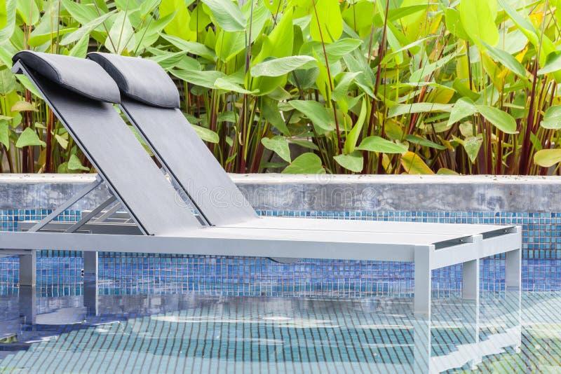 Pływacki basen i relaksujący siedzenie obraz royalty free