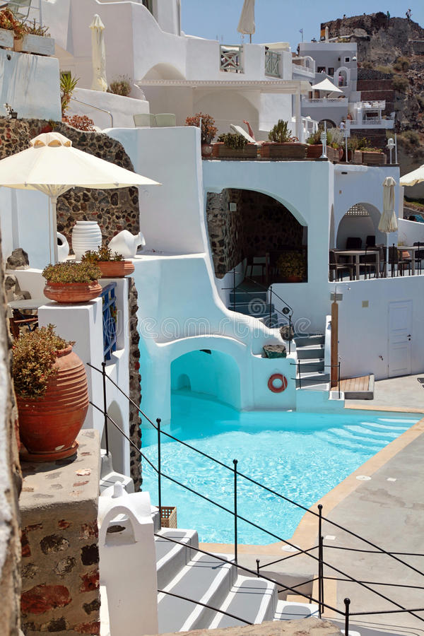 Pływacki basen i taras w lato kurorcie, Oia, Santorini fotografia royalty free