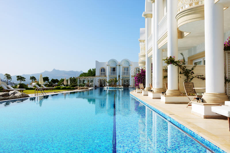 Pływacki basen przy luksusową willą fotografia stock