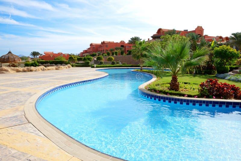 Pływacki basen przy luksusowym hotelem zdjęcia royalty free