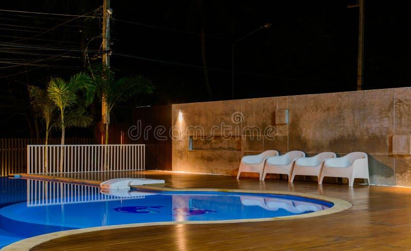Pływacki basen przy luksusowym Karaiby, tropikalny kurort przy nocą, jutrzenkowy czas obraz royalty free
