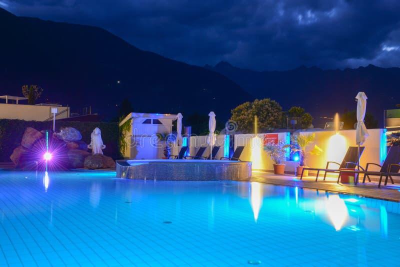 Pływacki basen przy luksusowym kurortem nocą w Lana obraz royalty free