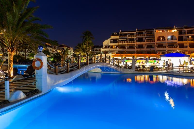 Download Pływacki basen przy nocą zdjęcie stock. Obraz złożonej z kurort - 28965676