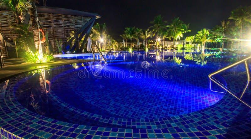Pływacki basen przy nocą na tropikalnej plaży obrazy royalty free
