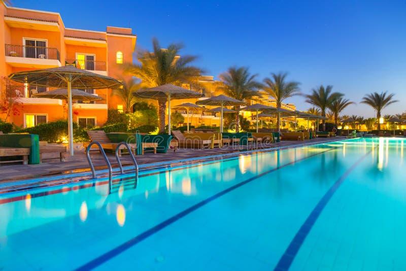 Pływacki basen tropikalny kurort w Hurghada przy nocą obrazy royalty free