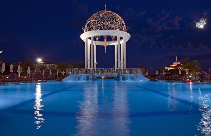 Pływacki basen z deckchairs zdjęcia royalty free