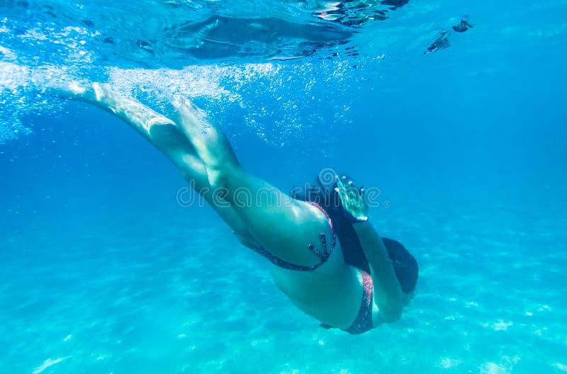 Pływacki podwodny w morzu śródziemnomorskim na Sardegna wyspie, Włochy fotografia stock