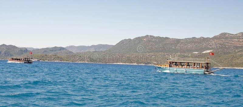 Pływackie przyjemności łodzie z turystami na pokładzie obrazy stock