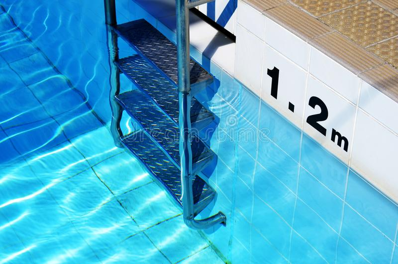Pływackiego basenu drabina i głębia markier zdjęcia royalty free