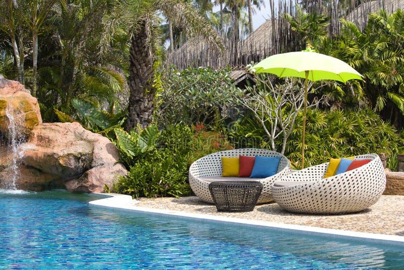 Pływackiego basenu i rattan daybeds w tropikalnym ogródzie, Tajlandia obrazy royalty free