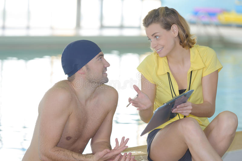 Pływaczka opowiada trenować poolside zdjęcie royalty free