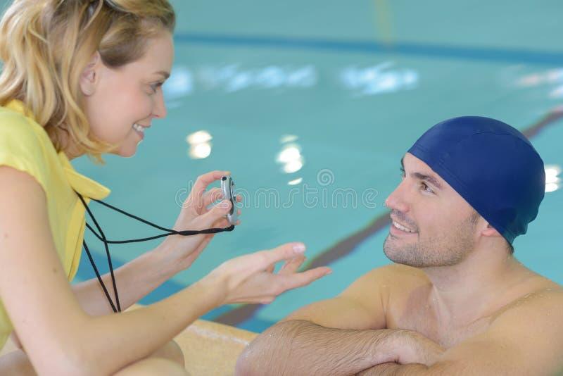 Pływaczka opowiada trenować poolside przy czasu wolnego centrum zdjęcia royalty free
