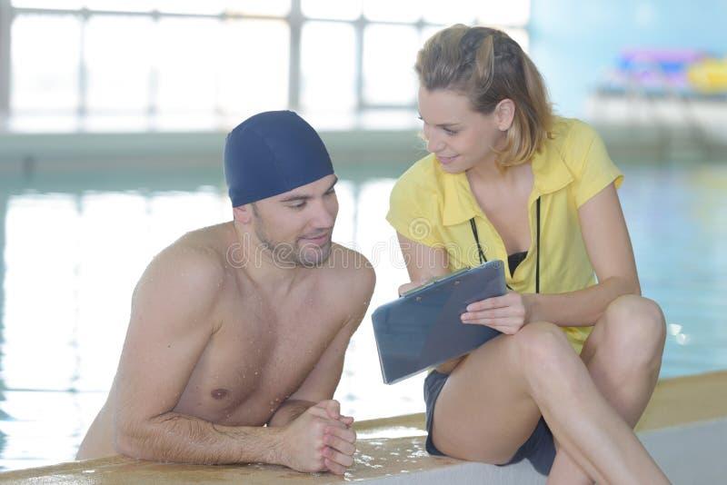 Pływaczka opowiada trenować poolside przy czasu wolnego centrum obraz royalty free